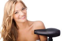 Blondes Frauenholding hairdryer Lizenzfreies Stockbild