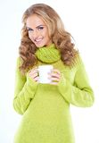 Blondes Frauenholdingcup des heißen Getränks Lizenzfreie Stockbilder