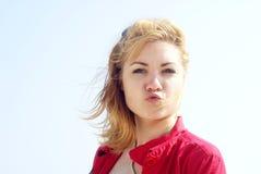 Blondes Frauenküssen Lizenzfreie Stockbilder