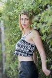 Blondes Frauenmageres der Mode auf einer Grünwand Lizenzfreies Stockfoto