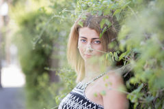 Blondes Frauenmageres der Mode auf einer Grünwand Stockbilder