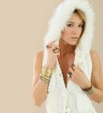 Blondes Frauenmode-modell mit weißem Pelz Lizenzfreies Stockfoto