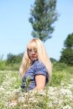 Blondes Frauenportrait in der Landschaft Lizenzfreie Stockfotografie