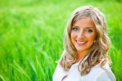 Blondes Frauenportrait im Freien Lizenzfreie Stockfotografie