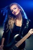Blondes Frauenportrait mit Gitarre Lizenzfreie Stockbilder