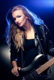 Blondes Frauenportrait mit Gitarre Stockfotos