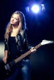 Blondes Frauenportrait mit Gitarre Stockfotografie