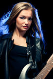 Blondes Frauenportrait mit Gitarre Lizenzfreies Stockfoto