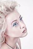 Blondes Frauenportrait mit Vorlage bilden Stockfotografie
