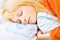 Blondes Frauenschlafen Stockfotografie