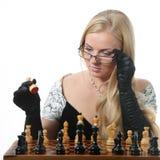 Blondes Frauenspielschach Lizenzfreie Stockfotografie