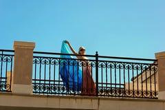 Blondes Frauentanzen auf Balkon Lizenzfreies Stockfoto