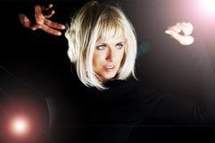 Blondes Frauentanzen in der Dunkelheit Stockbilder
