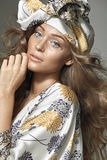 Blondes Frauentragen bunte Kleidung Stockfoto