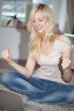 Blondes freuendes Mädchen Stockfotografie