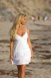 Blondes Gehen auf den Strand   Stockfoto