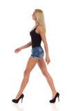 Blondes Gehen in hohe Absätze Stockfotografie