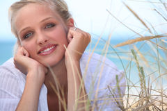 Blondes gelegt auf den Strand Lizenzfreie Stockbilder