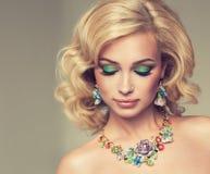 Blondes gelocktes Haar des reizend Mädchens Stockfotos