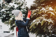 Blondes gelocktes Mädchen, das Foto auf Smartphone, Winter macht lizenzfreie stockfotos