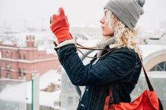 Blondes gelocktes Mädchenschießen auf Filmfotokamera, Winter Stockbilder