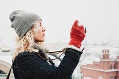 Blondes gelocktes Mädchenschießen auf Filmfotokamera, Winter Lizenzfreie Stockbilder