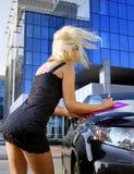 Blondes Geschäftsfrauschreiben etwas Stockbilder