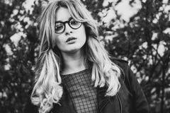blondes gir in der Sommerstadt, Schwarzweiss-Bild Stockbilder