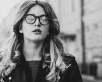 blondes gir in der Sommerstadt, Schwarzweiss-Bild Lizenzfreie Stockfotos