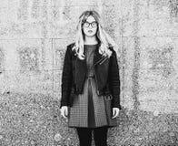 blondes gir in der Sommerstadt, Schwarzweiss-Bild Stockbild