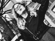 blondes gir in der Sommerstadt, Schwarzweiss-Bild Stockfotos