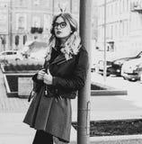 blondes gir in der Sommerstadt, Schwarzweiss-Bild Stockfoto