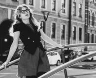 blondes gir in der Sommerstadt, Schwarzweiss-Bild Lizenzfreie Stockbilder