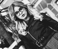 blondes gir in der Sommerstadt, Schwarzweiss-Bild Lizenzfreie Stockfotografie