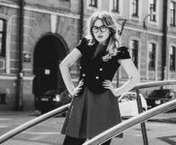 blondes gir in der Sommerstadt, Schwarzweiss-Bild Stockfotografie