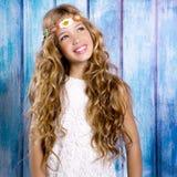 Blondes glückliches Hippiekindermädchen, das auf Purpleheart lächelt Stockfotografie