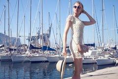 Blondes glückliches Mädchen im Urlaub Lizenzfreies Stockbild
