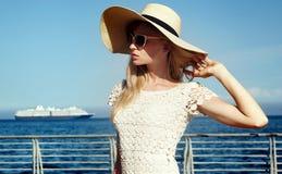 Blondes glückliches Mädchen im Urlaub Stockfotos
