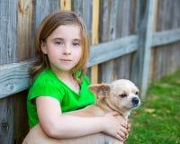Blondes glückliches Mädchen mit ihrem Chihuahuahündchenporträt Lizenzfreie Stockbilder