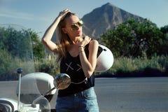 Blondes glückliches Mädchen mit Roller Stockfotos
