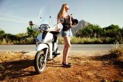Blondes glückliches Mädchen mit Roller Lizenzfreies Stockbild