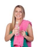Blondes gril mit Wasserflasche und ein Tuch, das Sport spielt Lizenzfreies Stockfoto