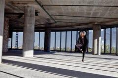 Blondes gymnastisches Übungsausdehnen der schönen sexy Frau Stockfotografie