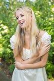 Blondes hübsches Brautlachen Lizenzfreie Stockfotografie