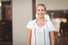 Blondes hübsches Kellnerinlächeln Stockbilder