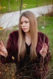 Blondes hübsches Mädchen mit dem langen Haar Lizenzfreie Stockbilder