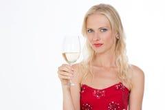 Blondes hübsches Mädchen mit einem Glas Weißwein auf Nahaufnahme Lizenzfreie Stockfotografie