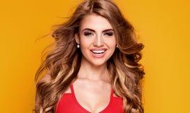 Blondes hübsches Mädchenlächeln, werfend im Studio auf Stockfoto