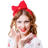 Blondes hübsches Pinupmädchen mit Pferdeschwanz und rotem Lippenstift Stockfotografie