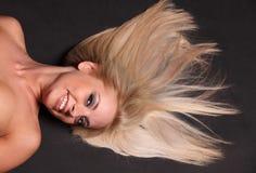 Blondes Haar auf Schwarzem Stockfoto